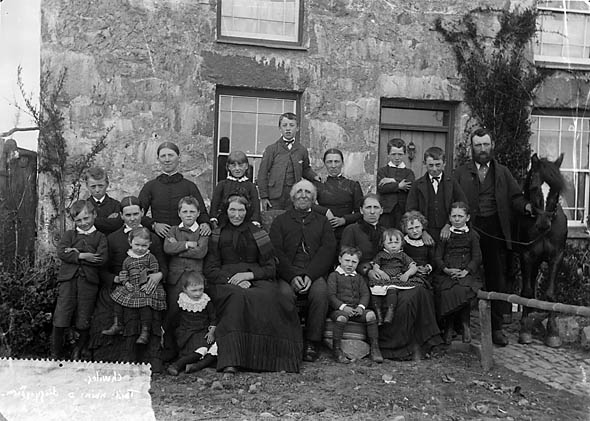 Large_family_group,_Chwilog_NLW3363021