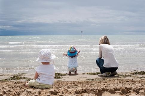 """""""Junge Oma"""" mit ihren Enkelkindern im Sommerurlaub."""